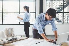 Руки архитектора или инженера работая на встрече светокопии для Стоковое Изображение