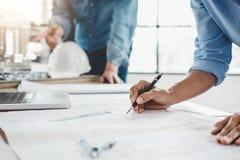 Руки архитектора или инженера работая на встрече светокопии для Стоковая Фотография