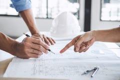 Руки архитектора или инженера работая на встрече светокопии для Стоковые Изображения RF