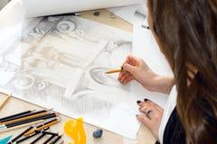 Руки архитектора студента при карандаш подготавливая картину света и тени, крупного плана балясины дизайна на деревянном tabl Стоковые Фото