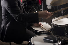 Руки барабанщика в темном освещении Стоковое Фото