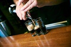 руки бармена лить коктейль стоковое изображение rf