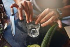 Руки бармена подготавливая коктеиль Стоковые Изображения