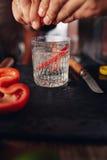 Руки бармена подготавливая коктеиль Стоковые Фотографии RF