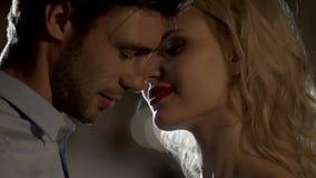 Руки белокурой женщины, молодые люди красивого парня целуя в влюбленности, романтичном настроении сток-видео