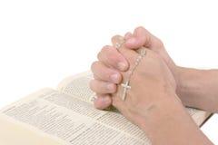 руки библии над молить Стоковое Изображение