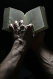 руки библии Стоковое Изображение