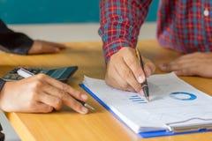 Руки бизнесмена анализируя финансовые статистик Анализ fi стоковое изображение