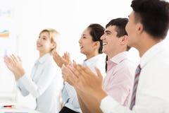 Руки бизнесмена аплодируя на встрече Стоковые Изображения