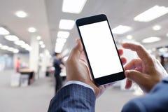 Руки бизнесмена держат передвижной пустой экран умного телефона Стоковое Фото