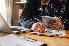 Руки бизнесмена используя smartphone и кредитную карточку держать с цифровым слоем стоковая фотография rf