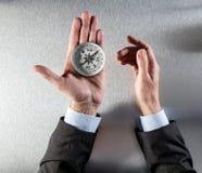 Руки бизнесмена используя компас для символа зрения или ориентации Стоковое Изображение RF