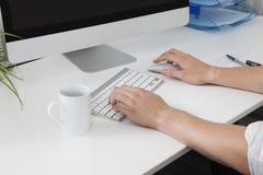 Руки бизнесмена используя компьютер на столе Стоковая Фотография RF