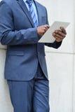 Руки бизнесмена используя ПК таблетки Стоковое фото RF
