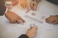 Руки бизнесмена и женщины обсуждая данные по продажи в встрече Стоковое Изображение