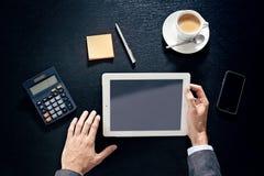 Руки бизнесмена на таблице с таблеткой, телефоном и чашкой coff Стоковые Изображения RF
