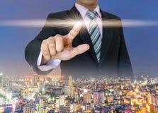 Руки бизнесмена отжимают нажатие кнопки экрана касания Стоковые Фотографии RF