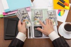 Руки бизнесмена подсчитывая взгляд доллара от верхней части Стоковое Фото