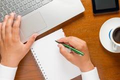 Руки бизнесмена работая на компьютере Стоковое Изображение RF