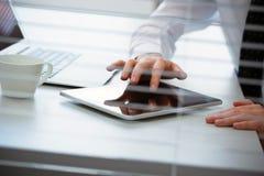 Руки бизнесмена работая на планшете Стоковое Изображение RF