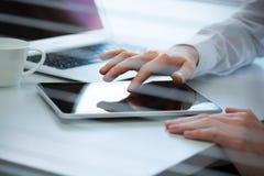 Руки бизнесмена работая на планшете Стоковое фото RF