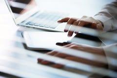 Руки бизнесмена работая на планшете Стоковые Изображения RF