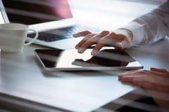 Руки бизнесмена работая на планшете Стоковая Фотография RF