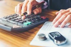 Руки бизнесмена с калькулятором и цена на офисе и f Стоковые Фото