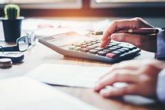 Руки бизнесмена с калькулятором и цена на офисе и f Стоковое Изображение