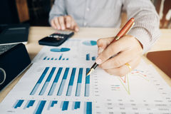 Руки бизнесмена с калькулятором на офисе и финансовое Стоковое фото RF