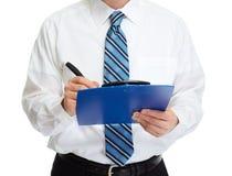 Руки бизнесмена с доской сзажимом для бумаги Стоковые Фотографии RF