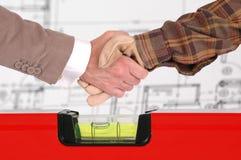 руки бизнесмена трястия работника Стоковые Фото