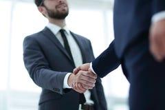 руки бизнесмена трястия 2 Стоковые Изображения