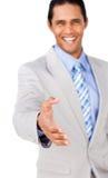руки бизнесмена уверенно вне достигая shake к Стоковое Изображение RF