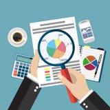 Руки бизнесмена шаржа с бумагой анализа увеличителя покрывают Стоковое Изображение