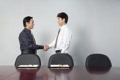 руки бизнесменов трястия 2 стоковые изображения