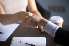Руки бизнес-леди тряся делая дело партнерства, уважение стоковая фотография rf