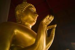 Руки буддийского положения в виске Таиланда Стоковая Фотография RF
