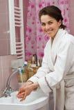руки ванной комнаты моя детенышей женщины Стоковое фото RF