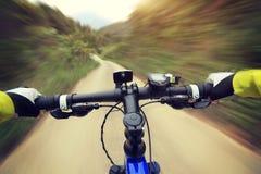 Руки велосипедиста ехать горный велосипед на следе леса Стоковые Фотографии RF