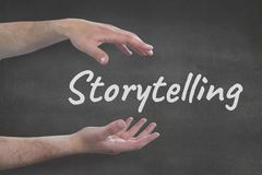 Руки взаимодействуя с делом искусства рассказа отправляют СМС против серой предпосылки Стоковое фото RF