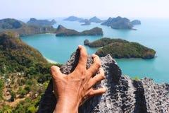 Руки взбираясь утес на острове Angthong точки зрения Стоковое Фото