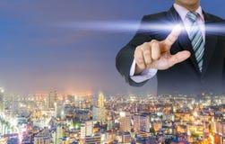 Руки владением бизнесменов отжимают нажатие кнопки цифровое Стоковое Изображение RF