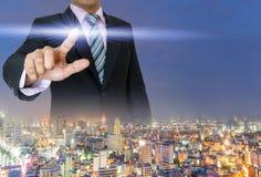 Руки владением бизнесменов отжимают нажатие кнопки цифровое Стоковое Фото