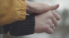 Руки владением человека и женщины outdoors на запачканной предпосылке Кол видеоматериал