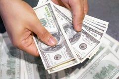 Руки владение и подсчитывать банкноты доллара США Стоковые Изображения RF