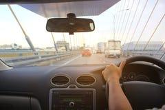 Руки водителя женщины держа панель управления рулем автомобиля стоковые изображения rf