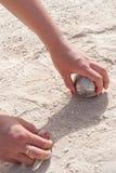 Руки выбирая вверх шарик игры в петанки и jack Стоковые Фотографии RF
