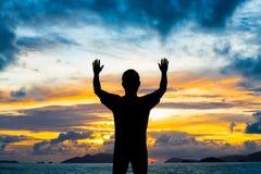 Руки выставки 2 человека силуэта вверх в воздухе Стоковая Фотография RF