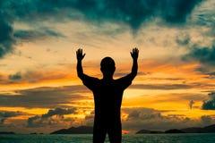Руки выставки 2 человека силуэта вверх в воздухе Стоковые Фото